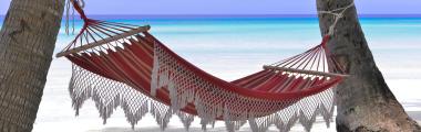 un'amaca con sullo sfondo un paesaggio caraibico