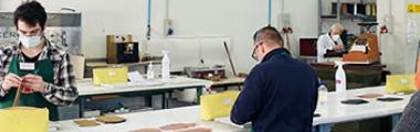 operai in un laboratorio di pelletteria