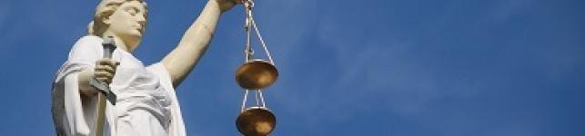 Statua che rappresenta la giustizia con bilancia in mano